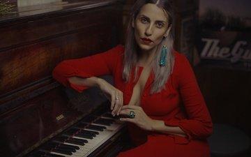 платье, взгляд, модель, губы, лицо, пианино, помада, сёрьги, декольте