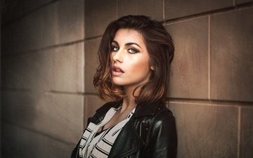 девушка, портрет, взгляд, модель, волосы, лицо, макияж, куртка, стоит, шатенка, у стены