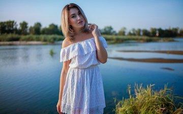 вода, природа, девушка, платье, блондинка, взгляд, волосы, лицо, голые плечи