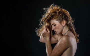 девушка, профиль, черный фон, лицо, веснушки, рыжеволосая, голые плечи, froilein sommersproße