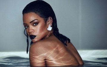 девушка, взгляд, спина, лицо, певица, макияж, ванна, сёрьги, мокрая, рианна, голое плечо