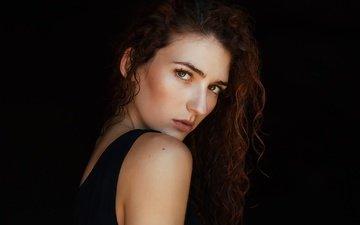 девушка, портрет, роса, взгляд, модель, волосы, черный фон, лицо, tania cervián