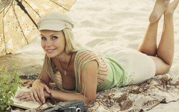 девушка, блондинка, улыбка, взгляд, модель, грудь, ножки, волосы, лицо, декольте, лежа, david dubnitskiy