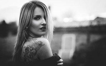 девушка, взгляд, чёрно-белое, татуировки, спина, волосы, лицо, пирсинг
