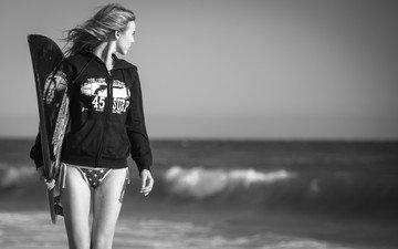 девушка, море, взгляд, чёрно-белое, волосы, лицо, ветер, серфинг, доска для серфинга, серфингистка