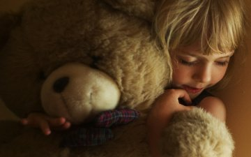 медведь, девочка, игрушка, лицо, ребенок, руки, светлые волосы, обнимает