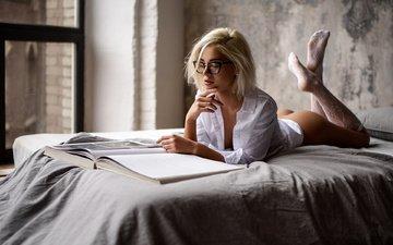 девушка, блондинка, очки, модель, кровать, попка, лежа