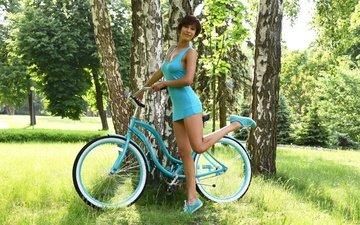 трава, деревья, девушка, поза, брюнетка, взгляд, модель, ножки, волосы, лицо, велосипед, suzanne a, susi r