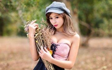 девушка, букет, полевые цветы, помада, азиатка, кепка, боке, декольте, голые плечи