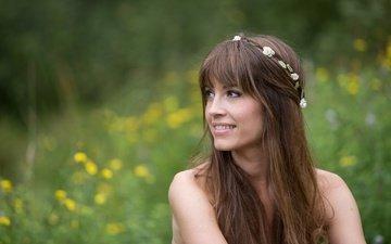 девушка, улыбка, взгляд, модель, лицо, длинные волосы, боке, желтые цветы, paula sommer
