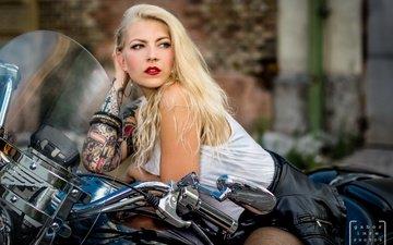 девушка, блондинка, взгляд, модель, татуировки, волосы, губы, лицо, мотоцикл, victoria saletros