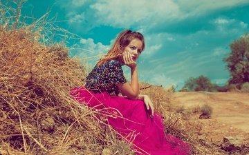 небо, облака, девушка, настроение, поза, сено, взгляд, юбка, волосы, лицо, стог