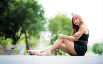 деревья, девушка, улыбка, взгляд, ножки, волосы, лицо, азиатка, боке