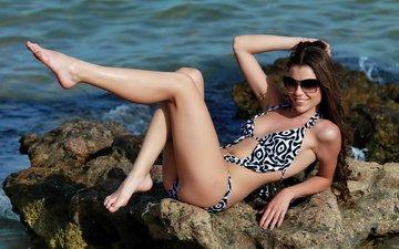 камни, девушка, море, улыбка, очки, модель, ножки, купальник, valeria a