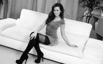 девушка, платье, поза, улыбка, чёрно-белое, сидит, чулки, волосы, фигура, диван, секси, сапоги, tess lyndon