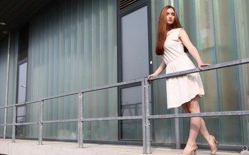 девушка, платье, взгляд, рыжая, модель, лицо, туфли, длинные волосы