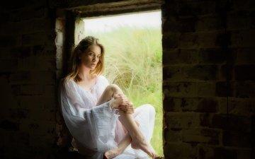 девушка, платье, поза, блондинка, сидит, ножки, окно, макияж, в белом, босиком