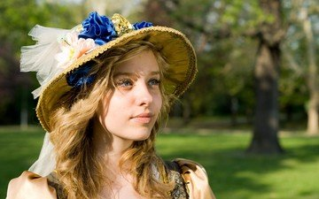глаза, цветы, трава, девушка, блондинка, улыбка, взгляд, лицо, шляпка, шляпа