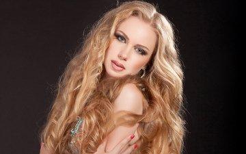 девушка, блондинка, взгляд, модель, волосы, черный фон, губы, лицо, макияж