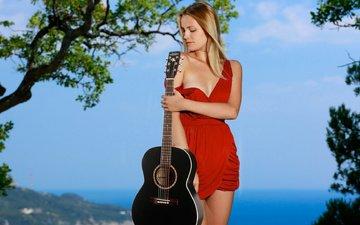 девушка, блондинка, модель, красное платье, декольте, гитара.