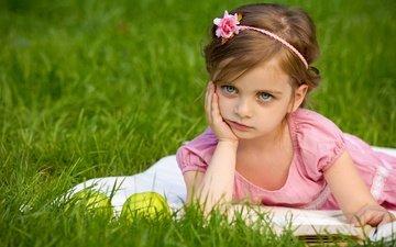 трава, настроение, грусть, яблоки, взгляд, дети, девочка, волосы, лицо, ребенок, задумчивость, розовое платье