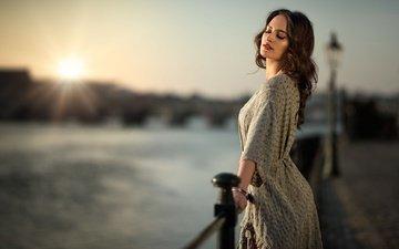 река, солнце, девушка, платье, портрет, набережная, макияж, прическа, позирует, парапет, шатенка, боке, закрытые глаза, maarten quaadvliet