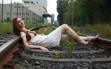 железная дорога, рельсы, шпалы, девушка, платье, поза, взгляд, модель, ножки, лицо, длинные волосы, босиком