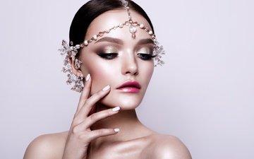рука, девушка, портрет, взгляд, модель, губы, макияж, прическа, украшение, ресницы, маникюр, голые плечи