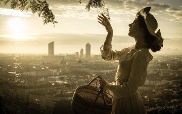 рука, девушка, настроение, панорама, город, профиль, корзина, шляпка, монохром