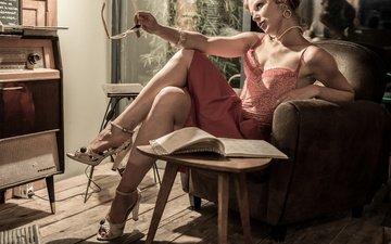 стиль, девушка, поза, винтаж, очки, ноги, кресло, каблуки, книга, радиола