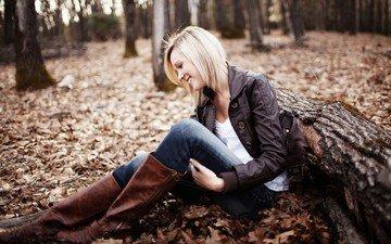 лес, девушка, блондинка, улыбка, бревно, сапоги