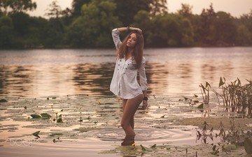 вода, вечер, озеро, девушка, поза, модель, рубашка, ксения кокорева, юрий егоров, руки на голове
