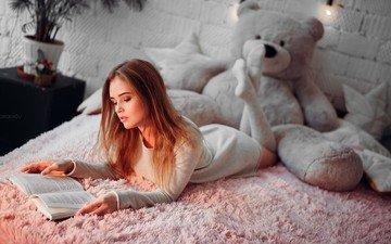 девушка, настроение, подушки, модель, лицо, актриса, книга, гольфы, плюшевый мишка, лежа, чтение, polina grents, иван горохов, полина гренц