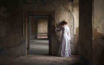 девушка, настроение, фон, дом, комната, спина, белое платье, the empty room, пустая комната, sandra plajzer