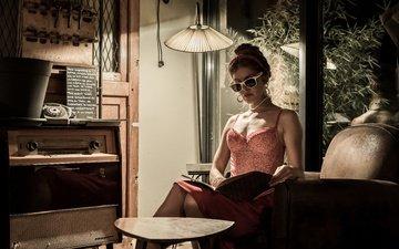 стиль, девушка, винтаж, очки, кресло, книга, торшер, радиола