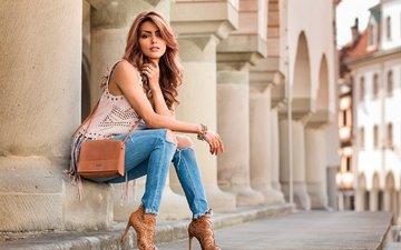 украшения, девушка, улица, сидит, джинсы, здание, колонны, макияж, туфли, позирует, шатенка