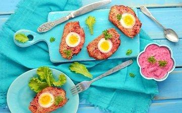 яйца, салфетка, соус, разделочная доска, мясной рулет