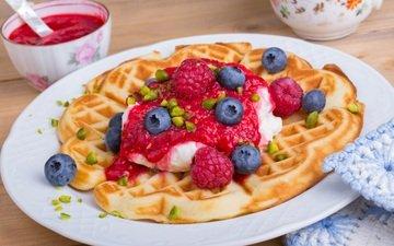 мороженое, ягоды, десерт, вафли, сироп