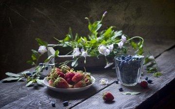 цветы, клубника, ягоды, черника, натюрморт, деревянная поверхность