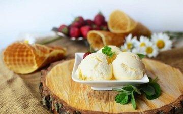 мороженое, клубника, ягоды, десерт, ванильное, вафельный рожок, вафельный стаканчик