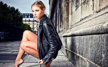 девушка, город, взгляд, ножки, кожа, куртка, босиком, кожаная куртка