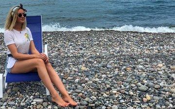девушка, блондинка, грудь, ножки, телеведущая, девушка в очках, ляжки, шикарная фигура, девушка сидит на стуле, орел и решка