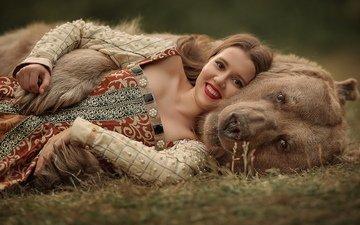 девушка, поза, улыбка, медведь, грудь, губы, помада, игруха, лежа, русская, девушка в мехах, девушка и медведь