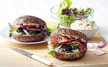 колбаса, булочки, бутерброды, гамбургеры, разделочная доска, . овощи