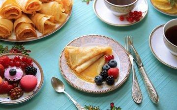 малина, ягоды, чай, блинчики, блины, ежевика, смородина, голубика, макаруны
