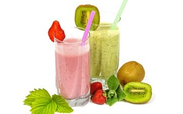 мята, напиток, фрукты, клубника, ягоды, белый фон, коктейль, киви, трубочки, сок, смузи