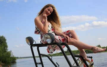 девушка, блондинка, грудь, ножки, фигура, поза сидя, цветное платье