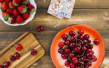 клубника, ягоды, вишня, тарелка, разделочная доска
