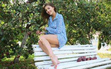 девушка, поза, улыбка, сад, ножки, рубашка
