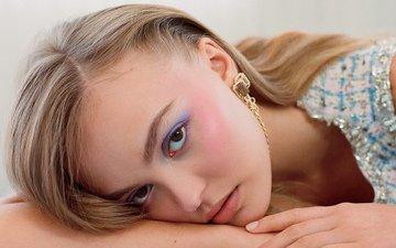 девушка, блондинка, макияж, поза лежа, нежный взгляд